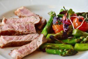 Gesundes Essen auf dem Teller als Abnehmen mit Low Carb