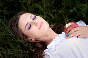 Eine Frau in Trance bei Abnehmen mit Hypnose